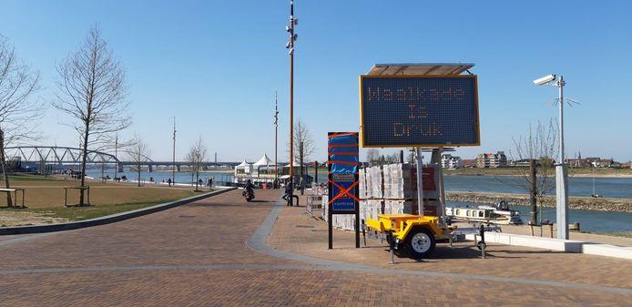 Soms was de Waalkade in Nijmegen zondag te druk. Dat werd aangegeven met deze tekstkar.