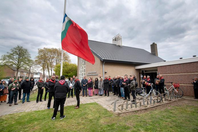 Het strijken van de RMS-vlag bij de Molukse kerk in Elst.
