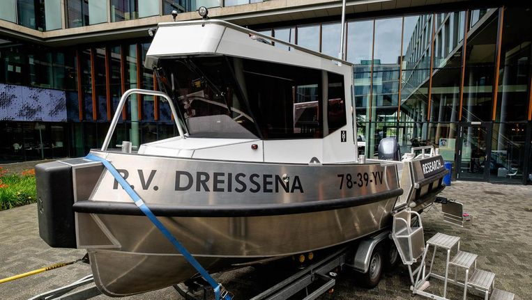 De aluminium boot is acht meter lang en volgebouwd met speciale onderzoeksapparatuur. Beeld Jan van Arkel