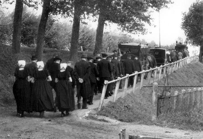 Othene, rond 21 september 1944: Begrafenis van burgerslachtoffers van een Poolse artilleriebeschieting bij het buurtschap Othene. Een verkenningsvliegtuig zag de burgers aan voor Duitse soldaten. fotograaf onbekend - Archief Oorlogsmuseum Gdynia, Axel