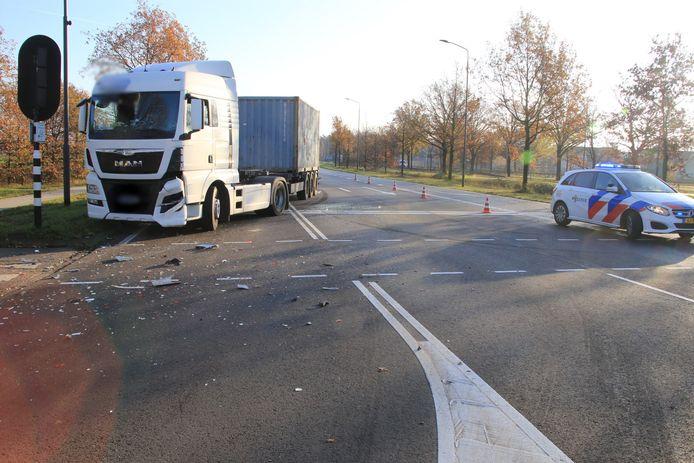 Vrachtwagen botst op auto in Helmond.