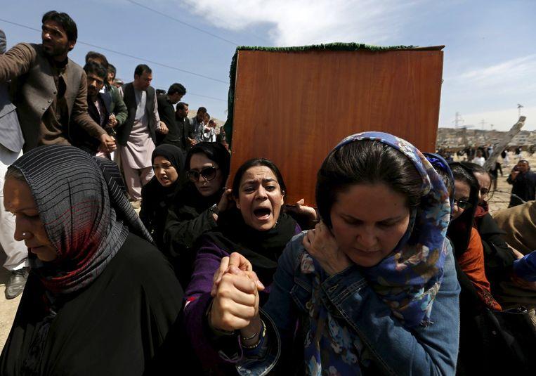 Vrouwen dragen de kist van de overleden Farkhunda. Beeld reuters