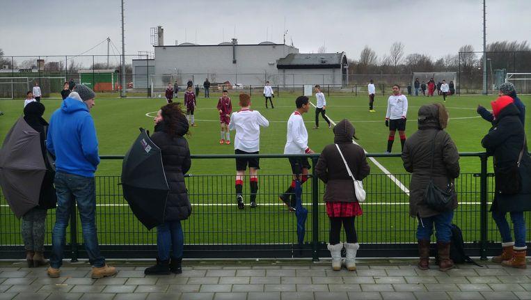 Ouders kijken vanaf de zijlijn naar een wedstrijd van AFC IJburg tegen Nieuw-Sloten Beeld Archief
