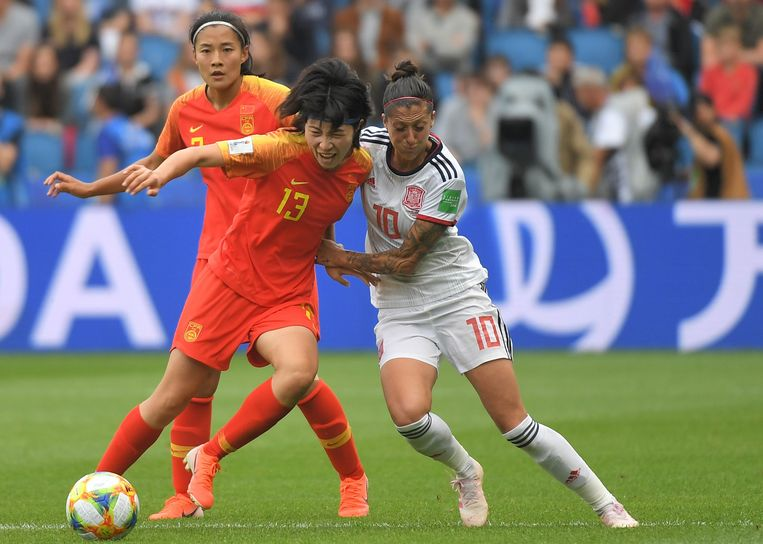 China's Yan Wang in duel met Spanje's Jennifer Hermoso. Beeld AFP