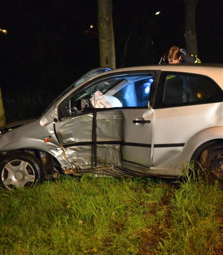 Auto vliegt uit de bocht en botst tegen boom in Breda