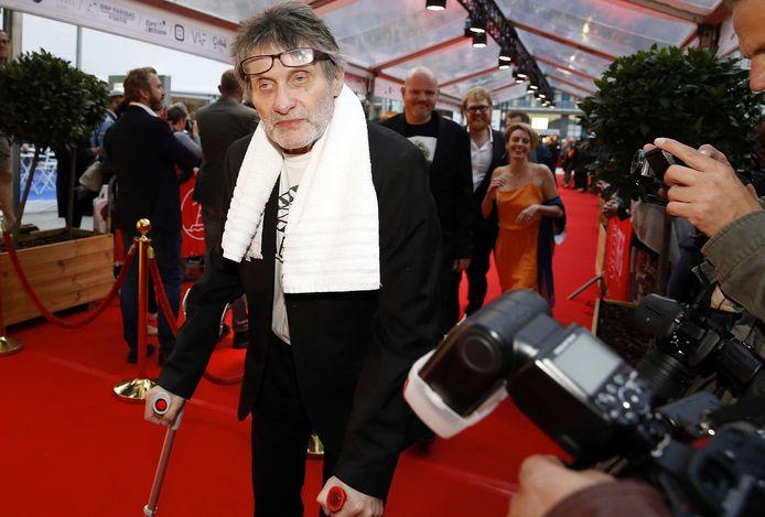 Robbe De Hert - met kenmerkende handdoek - op de première van 'Hollywood aan de Schelde' op het Filmfestival van Oostende in 2018.