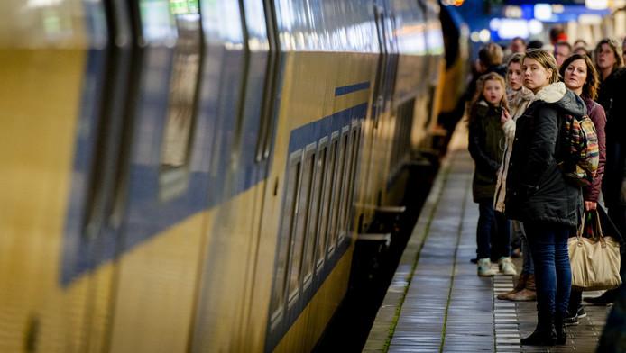 Reizigers op het perron op Utrecht Centraal krijgen regelmatig de voice-over van de NS te horen