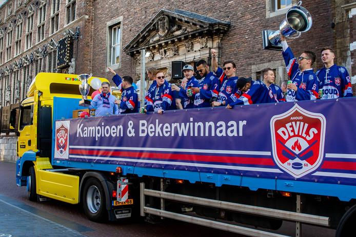 De ijshockeyers van Devils kort voor de huldiging bij het stadhuis van Nijmegen, als landskampioen en bekerwinnaar.