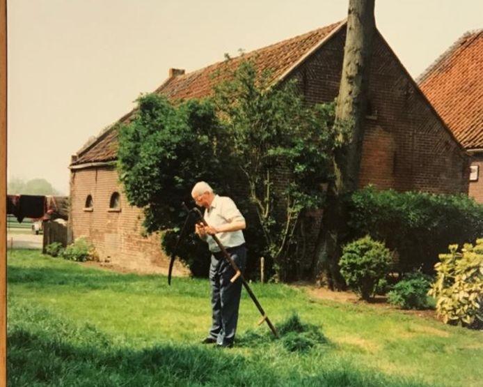 Klaas Bast aan het werk in de tuin van zijn oude boerderij.