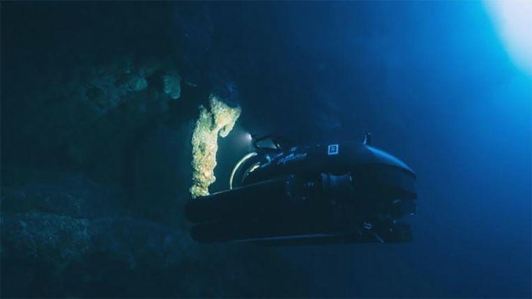 Richard Branson zakte met een duikboot af naar de bodem van het 'Great Blue Hole'.