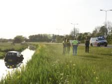 Auto rijdt vanaf de Zuilense Ring een ondiepe sloot in