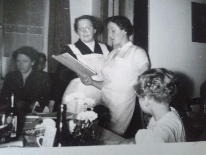 Ans Mathijsen (rechts) en haar vriendin Annij Doreleijers uit Schijndel. Zij kwamen beiden om het leven bij een auto-ongeluk op 31 januari 1966. De twee hartsvriendinnen liggen samen begraven in een graf in Schijndel en spelen een grote rol in de onlangs verschenen roman De moederbanden.