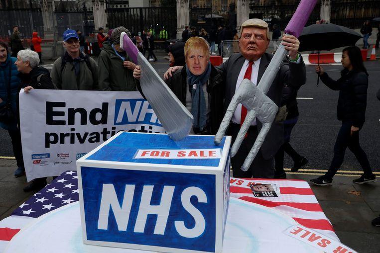 Demonstranten op Parliament Square voeren actie voor meer aandacht voor de dreigende privatisering van de NHS.  Beeld AP