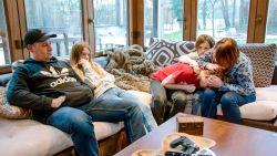 """'Straatarme' familie verhuist weekend naar luxevilla: """"Zeven open haarden, zelfs in de garage"""""""