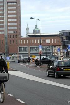 Enschede gaat boetes uitdelen tegen sluiproute langs Holland Casino