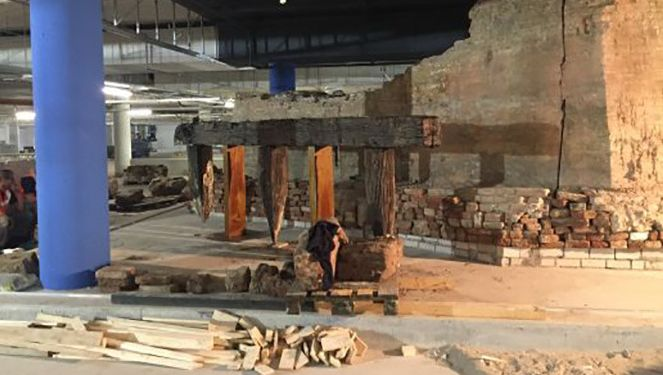 De resten van de hoofdpoort van het vroegere Kasteel Vredenburg zijn weer zichtbaar.