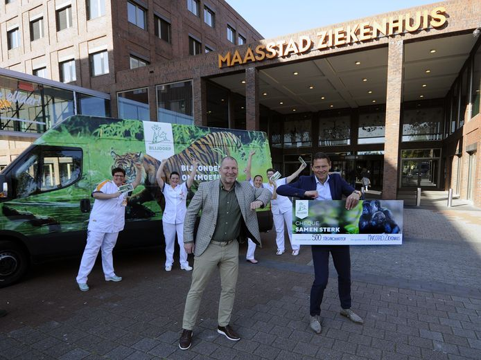 Directeur Erik Zevenbergen overhandigde donderdagochtend 500 kaartjes aan het Maasstad Ziekenhuis.