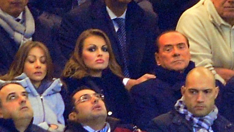 Silvio Berlusconi en Francesca Pascale tijdens de Champions League-wedstrijd AC Milan tegen FC Zenith op 3 december. Beeld afp