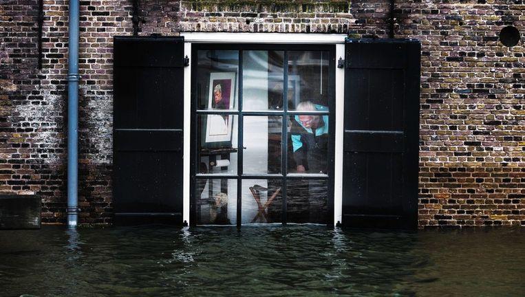 Sommige straten in het centrum van Dordrecht zijn ondergelopen. Beeld epa