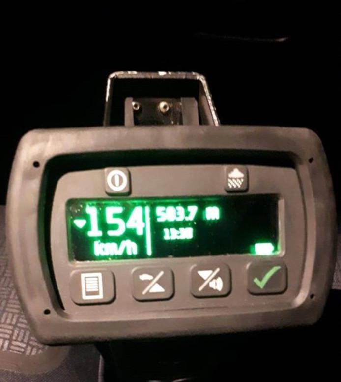 De snelheidsmeter gaf 154 kilometer per uur aan.