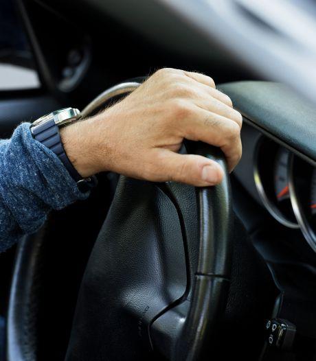 Vrachtwagenchauffeur aangehouden nadat hij door afzetting heen rijdt in Bergen op Zoom