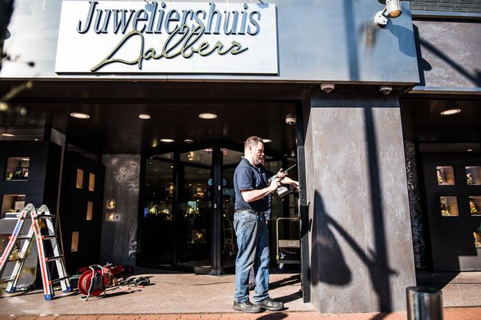 De juwelierswinkel aan de Hoofdstraat in Velp wordt vrijdagmiddag weer opgeknapt na de mislukte inbraak. De pui werd geforceerd en ramen werden beschadigd.