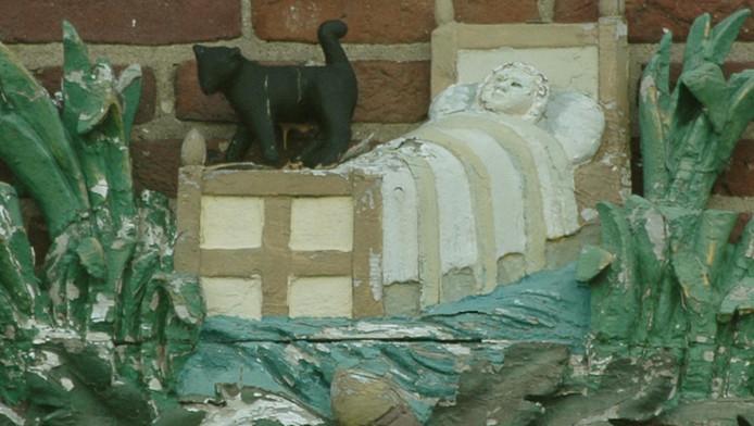 In het Huis te Kinderdijk zit een mooie steen die het verhaal van wieg, kind en kat verbeeldt.