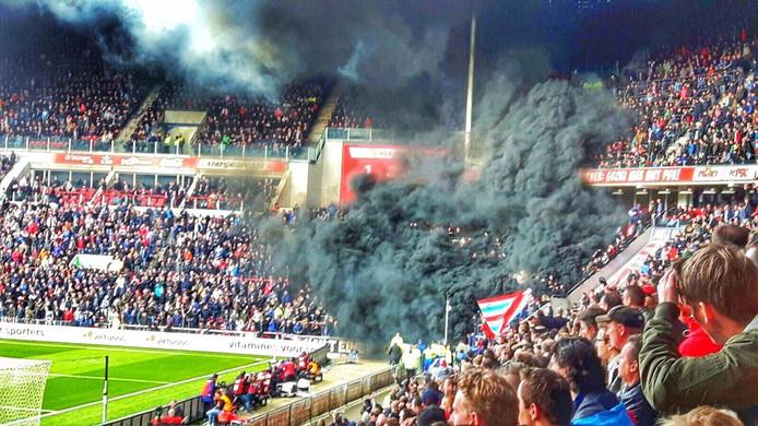 Enorme rookwolken tijdens de wedstrijd PSV-Ajax.