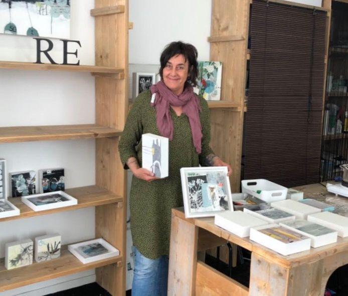 Claudia Zenk in haar kunstwinkeltje in Zierikzee.