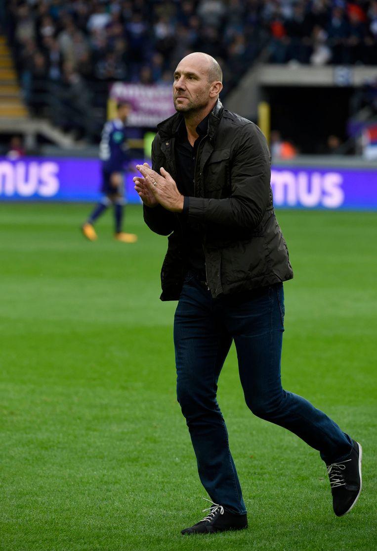 Jan Koller groet voor de aftrap de Anderlecht-fans.