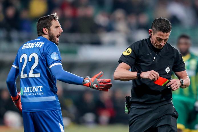 Arbiter Jeroen Manschot geeft Robert Zwinkels rood.