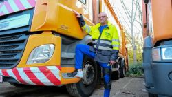 """Vuilnisman Dirk (53) werd in 2001 tijdens ronde van voetpad gemaaid: """"Ik kan niet meer achter de vuilniswagen lopen"""""""