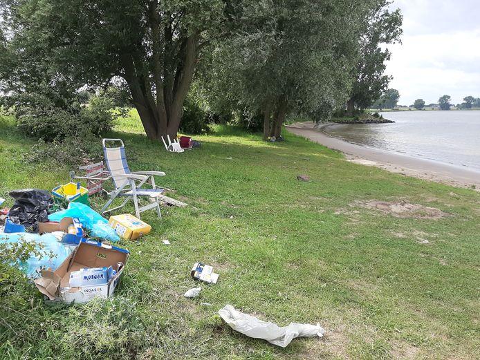 Zwerfafval bij 't Wild aan de Maas. Dit is nadat er al een vrachtwagentje vol troep is afgevoerd.