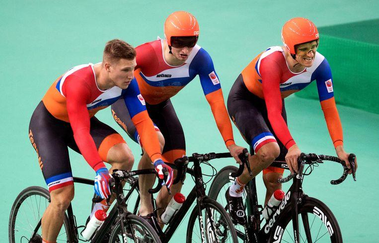 Jeffrey Hoogland, Matthijs Büchli en Theo Bos, tijdens de kwalificatie teamsprint. Beeld anp
