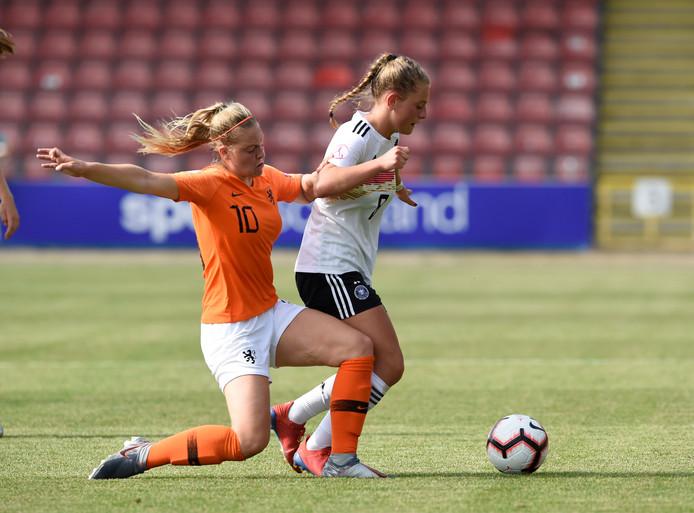 Jill Bayings (l) in duel met de Duitse Leonie Koster.