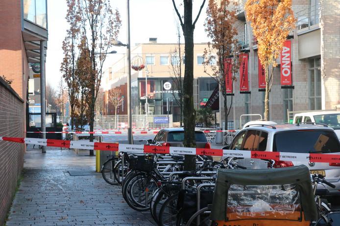 Op de Grote Markt in Almere zijn twee mogelijke explosieven gevonden.