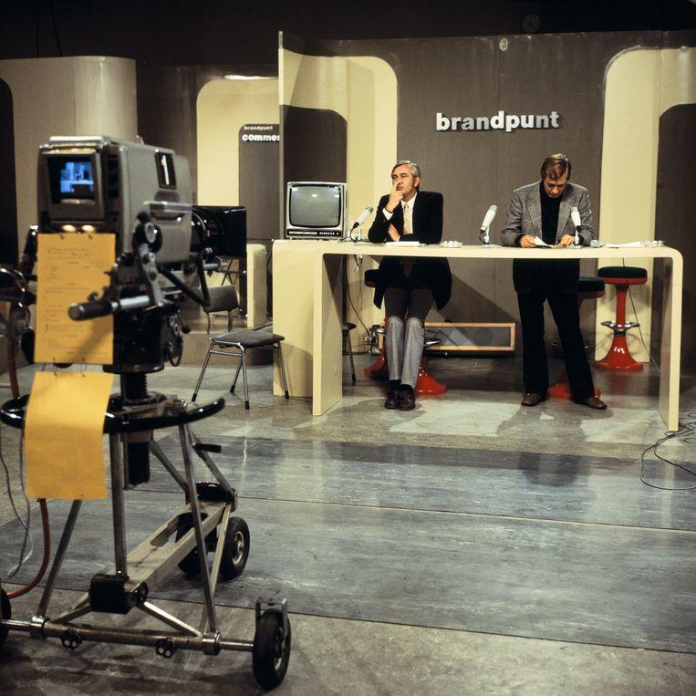 Actualiteitenprogramma Brandpunt in 1975, met Ad Langebent (links) en Aad van den Heuvel.  Beeld Kippa