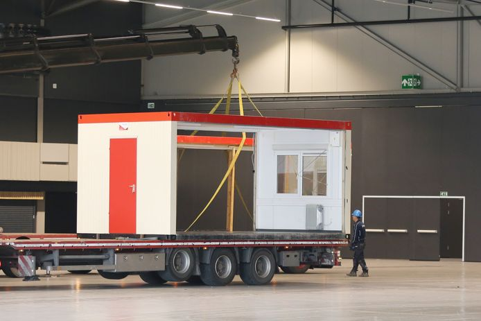 Omdat alle geplande evenementen in Ahoy zijn afgelast, wordt de Rotterdamse accomodatie omgebouwd tot extra voorziening voor (corona)patiënten die wel zorg nodig hebben maar niet naar het ziekenhuis hoeven.