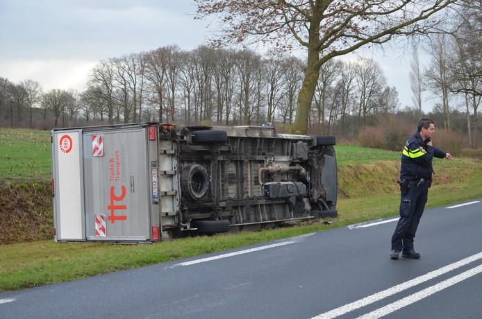 De omgewaaide vrachtwagen in Vorden.