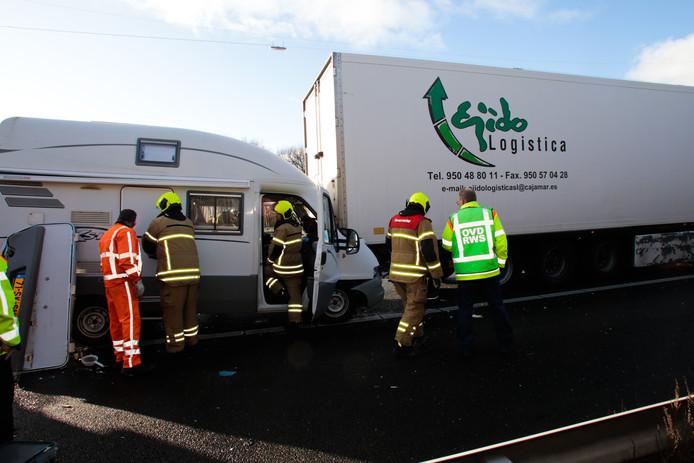 De camper raakte bij het ongeval flink beschadigd.