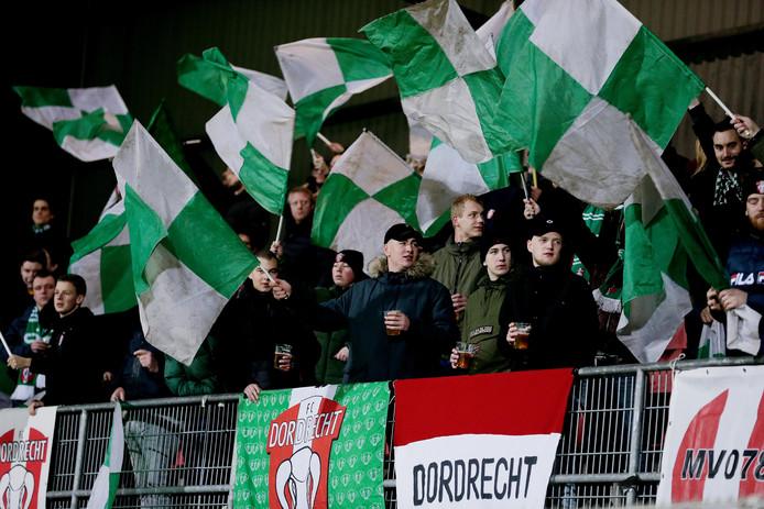 Supporters van FC Dordrecht kregen stenen naar hun gegooid door supporters van Helmond Sport.