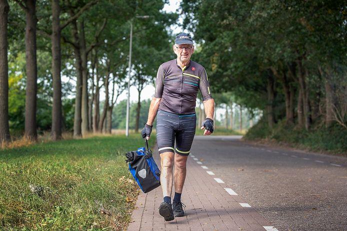 Leon van Meir doet nu alles te voet. Zijn fiets staat nog in Zweden na zijn vergeefse tocht naar de Noordkaap.