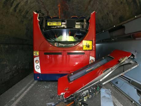 Bus met Britse scholieren vast onder brug: 'Er was overal bloed'