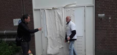 Actievoerders lijmen ingang omstreden lijkenexpo in Nijmegen dicht