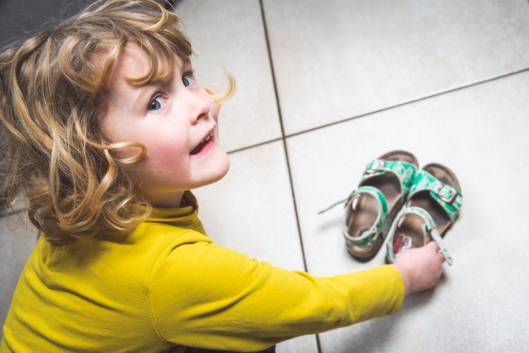 Edith, het dochtertje van Karen en Ad met het vosje in haar schoenen.