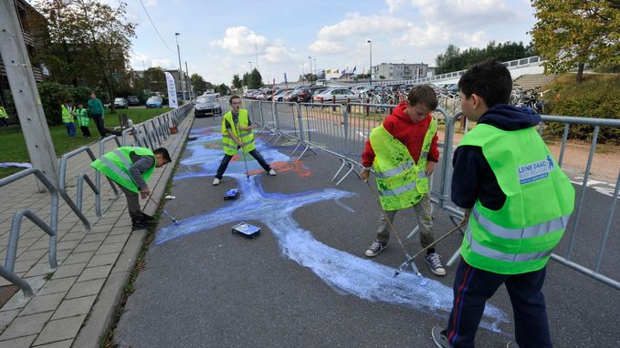 Leerlingen maken kunstwerk voor veiliger verkeer