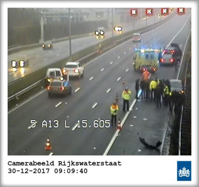 De A13 richting Delft moest na de crash worden afgesloten voor onderzoek.
