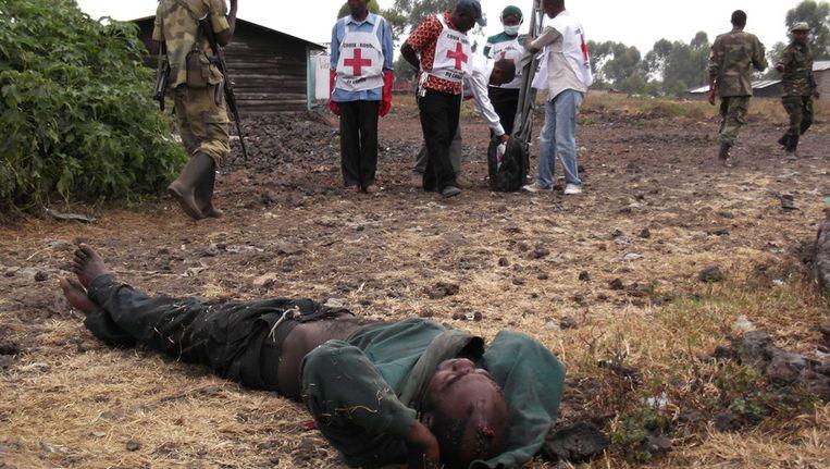 Gewonde strijder wacht op ambulance in Oost-Congo