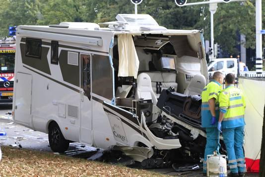 Door de harde klap werd de volledige voorkant van de camper eraf geslagen