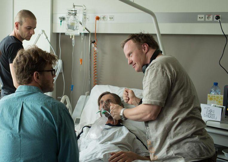 Thomas Baert geeft Bart Hollanders en Werner De Smedt instructies op de set.